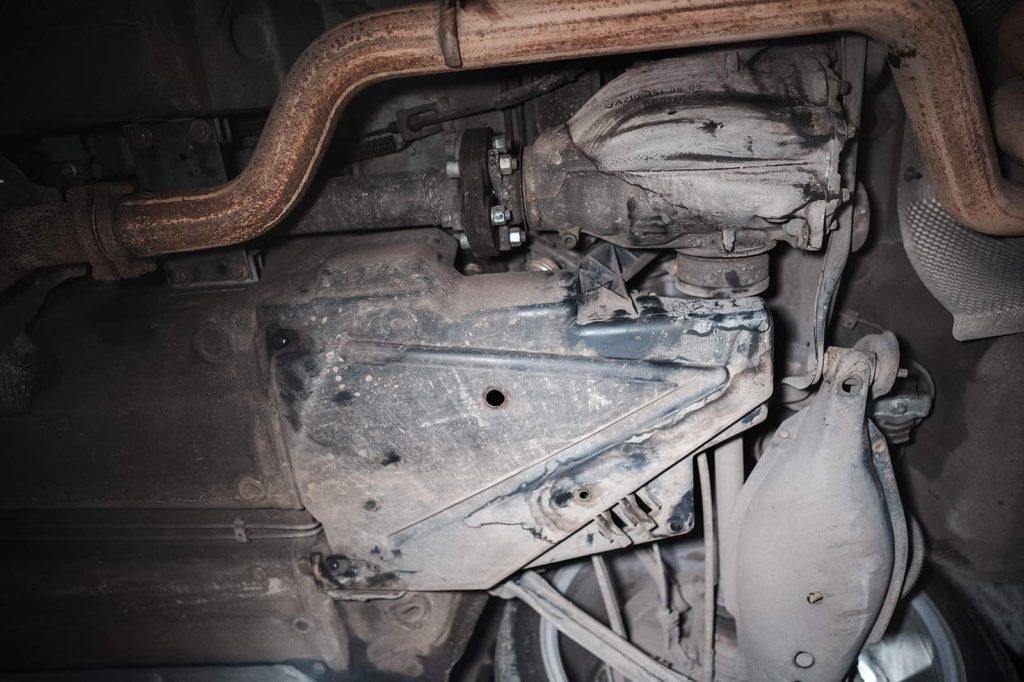 Защита топливного фильтра расположена возле заднего правого колеса