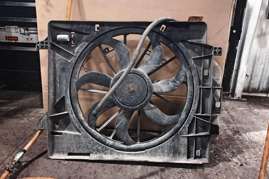 Вынимаем вентилятор системы охлаждения