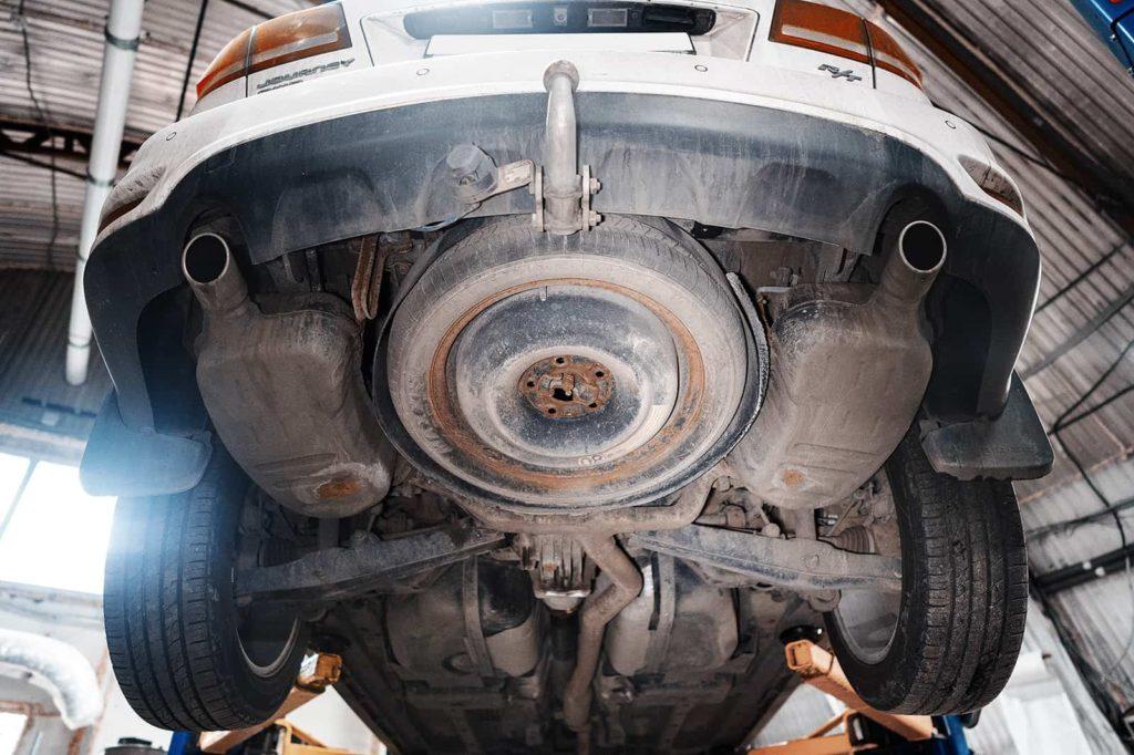 По инструкции нужно опускать выхлоп и кардан