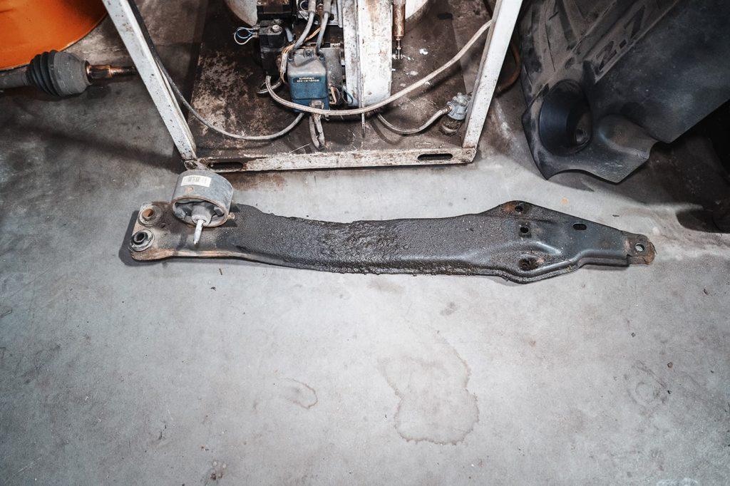 Траверса передней опоры двигателя