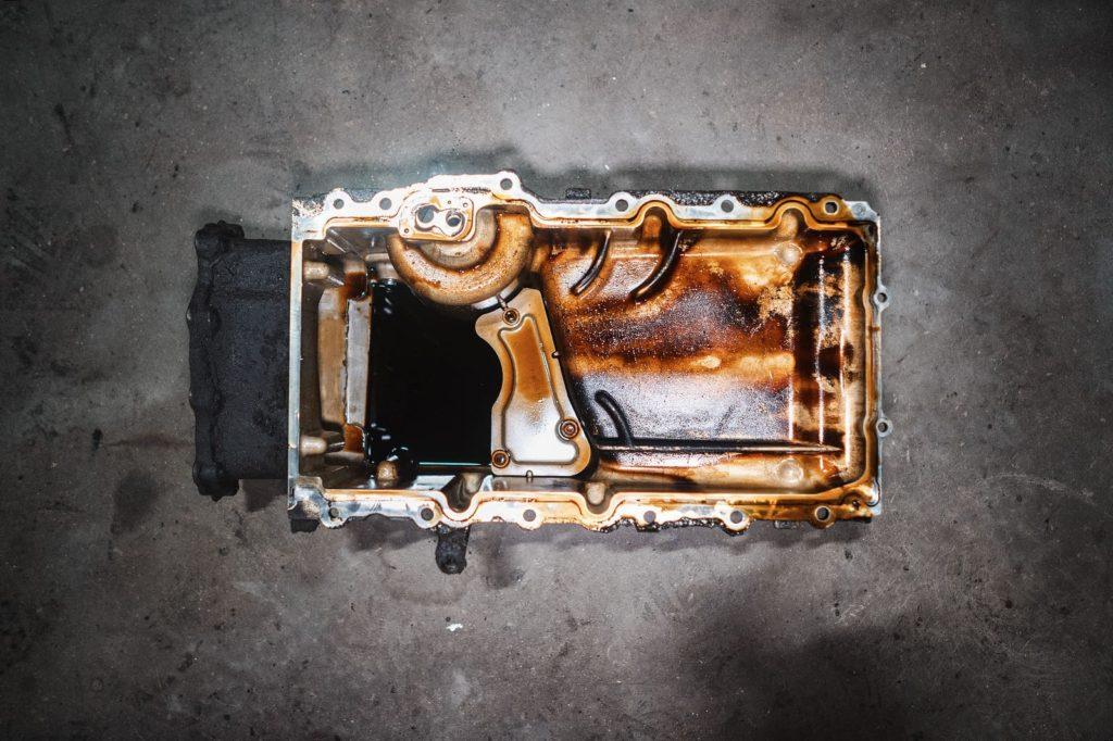 Чумазый поддон двигателя Додж Джорни 2.7