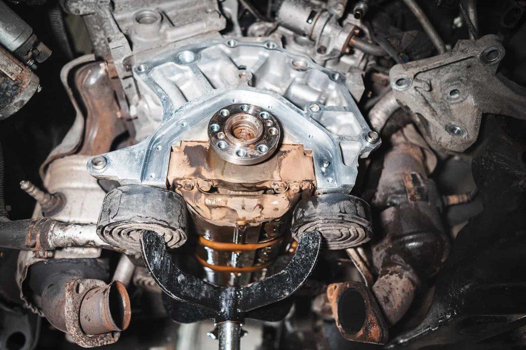 Очищаем привалочную поверхность двигателя