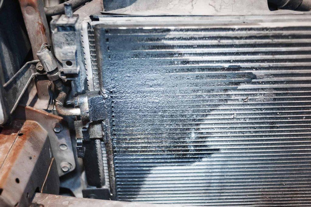 В таких случаях достаточно посмотреть в просвет решётки радиатора